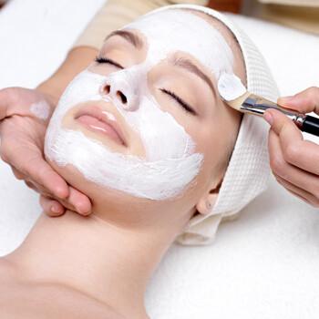 Frau während klassicher Gesichtsbehandlung in der Noahklinik cosmetics
